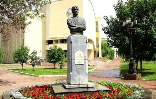 памятник Есенину