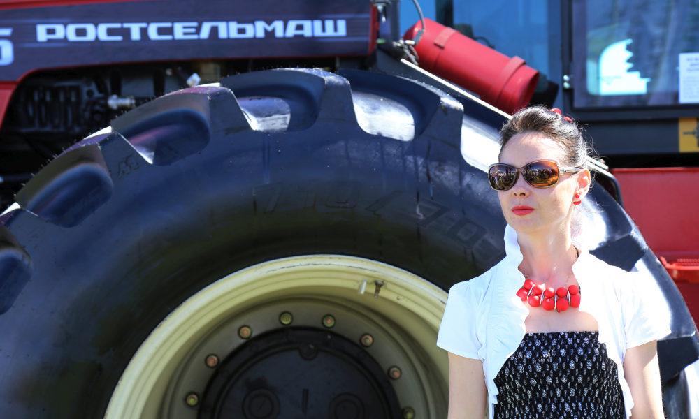 трактор, девушка