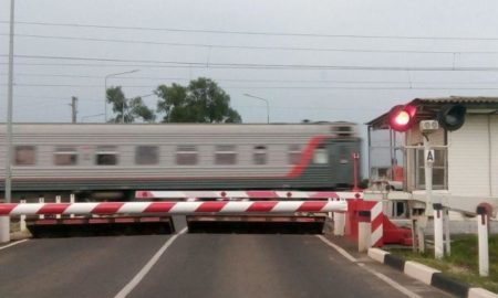 железнодорожный переезд, поезд