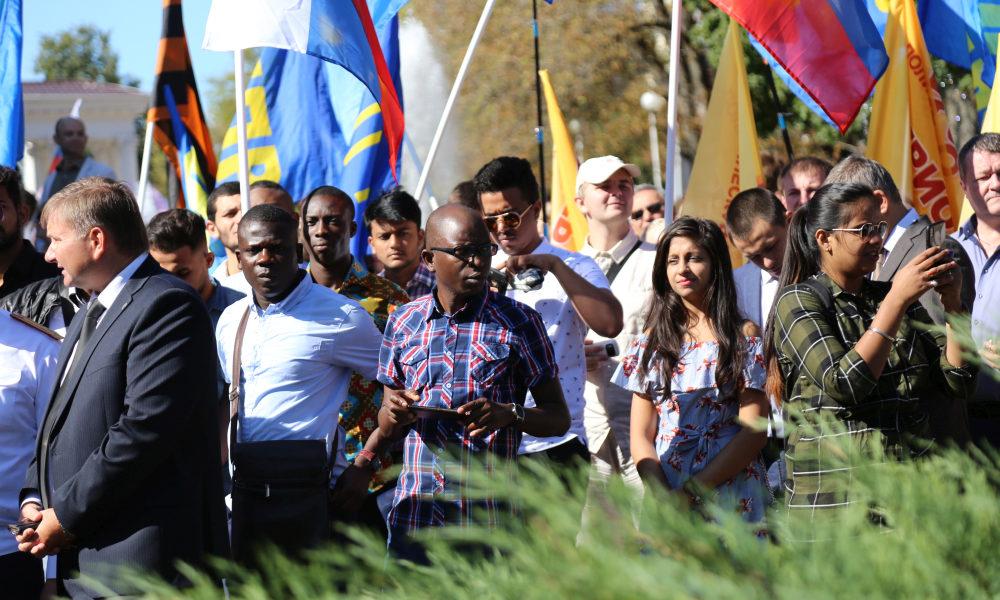 парад, шествие, день флага, иностранцы
