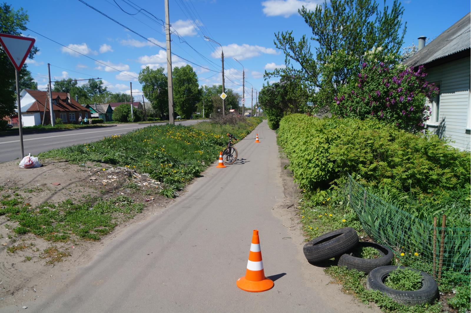 Велосипедист, сбил пешехода, конус
