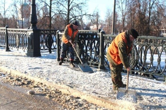 дворники, снег чистят