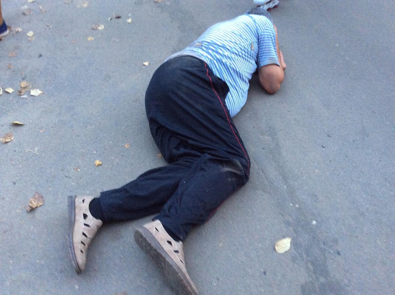 пьяный на асфальте